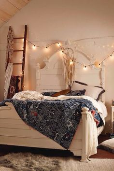 Vintage Bedroom Want to create a romantic bedroom? These romantic bedroom ideas are full of easy-to-recreate decorating tips and design ideas. Dream Rooms, Dream Bedroom, Home Bedroom, Bedroom Decor, Bedroom Ideas, Boho Bedroom Diy, Boho Room, Bedroom Styles, Bedroom Lighting