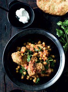 Der er efterårshygge på menuen, når man kommer kød, grønsager og krydderier i gryden og lader det koge ind til simremad i verdensklasse.