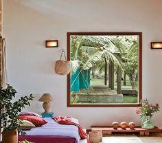 1-ambiance-cocooning-fenetre-grande-fleurs-lit-couverture-de-lit-colorée-lampe-de-chevet-fleurs