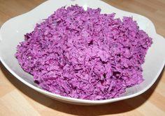 Lilakáposzta -  Hozzávalók     1 kis fej lilakáposzta     1 kis fej lilahagyma     150 ml joghurt - natúr     150 ml tejföl (20%-os)     2 csipet só     feketebors (őrölt)     2 csepp citrom leve     2 csapott teáskanál kristálycukor