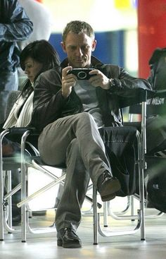 """Daniel Craig playing game inbetween takes. On the set of """"Casino Royale"""" 2006 directed by Martin Campbell. Behind the scenes photos. Rachel Weisz, Daniel Craig Style, Daniel Craig James Bond, Casino Royale, Daniel Graig, James Bond Style, Skyfall, Belle Photo, Movie Stars"""