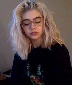 I do hope my hair comes out good it never does // every attempt ive had to bleach it was a failure Bleached Hair Grunge Haircut, 90s Grunge Hair, Short Grunge Hair, Short Wavy Hair, Short Bleached Hair, Grunge Outfits, Hipster Vintage, Style Hipster, Hipster Hair