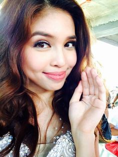 Pabebe wave from Maine Maine Mendoza Outfit, Types Of Body Shapes, Alden Richards, Popular People, Filipina, Film Festival, Wave, Idol, Women Wear