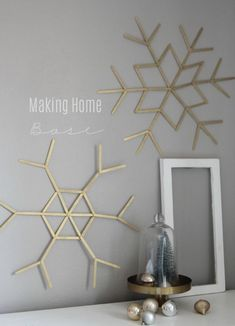popsicle stick snowflakes are such a cute craft plus they make the most beautiful Christmas wall art. Popsicle Stick Snowflake, Popsicle Stick Crafts, Popsicle Sticks, Craft Stick Crafts, Craft Sticks, Diy Snowflake Decorations, Snowflake Craft, Christmas Decorations, Diy Snowflakes