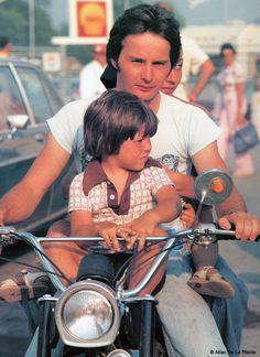 Gilles Villeneuve with son Jacques - a future world champion Aryton Senna, James Hunt, Gilles Villeneuve, Formula 1 Car, Nostalgia, Ferrari F1, F1 Drivers, Moto Style, F1 Racing