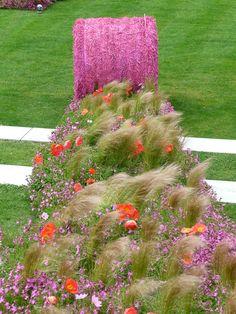 Botte de paille rose et fleurs printanières, création SEVE Nantes, 11e Floralies internationales, Nantes (49)