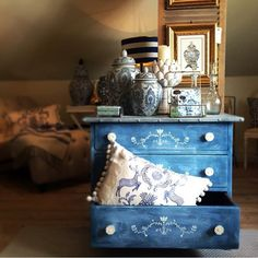 We spotted this special piece from Swedish stockist Storegården Country Living and had to share! It's Aubusson Blue, Greek Blue and Louis Blue Chalk Paint® decorative paint by Annie Sloan finished with Clear Soft Wax mixed with a touch of Old White. The stencil is Freya from the Annie Sloan Stencil collection.