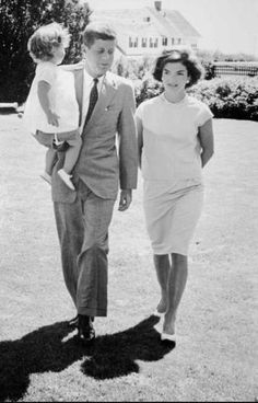 This photo from August 1959 shows then U. Senator John F. Kennedy carrying his daughter Caroline and walking with his wife Jacqueline Kennedy at the Kennedy family compound at Hyannisport, Mass., on Cape Cod. Jfk And Jackie Kennedy, Jaqueline Kennedy, Les Kennedy, Robert Kennedy, Kennedy Compound, Familia Kennedy, Jfk Jr, John Fitzgerald, American Presidents