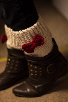 Boot cuffs/Toppers Free pattern. free crochet pattern for a cute boot cuff set with bows. Crochet project for fall or winter.