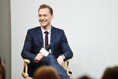 Tom Hiddleston: costume marinho com gravata fininha (Foto: Getty Images)