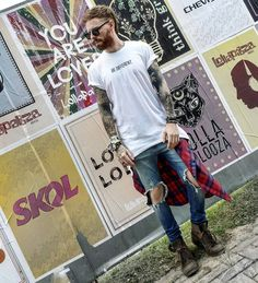 Os Looks Masculinos do LollaPalooza Brasil 2017. Camiseta branca com Estampa Neutra, Calça Jeans Skinny Rasgada, Camisa Xadrez amarrada na cintura, Bota Masculina. Óculos BAMM, Leonardo Leal, Coloral, Lollapalooza, Looks Masculinos para Festival de Música, Looks para Festival, Lollapalooza 2017, Lollapalooza Brasil 2017, Lolla, Roupa de Homem para Festival de Música, Macho Moda, Blog Macho Moda, Moda Masculina, Moda para Homens