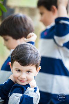 Sesión de fotos infantil. Tres hermanos jugando. www.imatgesdevidre.com