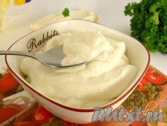 Рецепт домашнего майонеза без яиц. Для приготовления домашнего майонеза без яиц понадобится: молоко домашнее - 50 мл; масло растительное (рафинированное) - 100 г; сок лимона или уксус 9% - 1 ст. л.; соль - по вкусу; сахар - 1 ч. л.; горчица готовая - 0,5-2 ч. л.