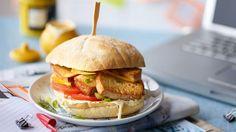SZYBKI WEGEBURGER    Kuchnia Lidla prezentuje przepisy na dania wegetariańskie. Skorzystaj z pomysłu na wegeburgera z dodatkiem tofu i warzyw. Lidl, Ciabatta, Vegan, Tofu, Salmon Burgers, Finger Foods, Hamburger, Curry, Veggies