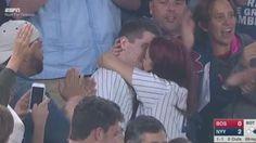 Seguidor  de Yankees pide matrimonio y casi pierde el anillo en el estadio