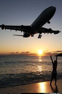 Airbus A340-313X dell' #AirFrance Questa foto sembrerebbe non essere un #fotomontaggio e che l'aereo si sia realmente avvicinato così tanto alla spiaggia al tramonto del #Sole