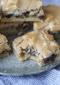 These Mud Hen Bars are a Gooey Chocolate Chip Marshmallow bar topped with Brown Sugar Meringue! : These Mud Hen Bars are a Gooey Chocolate Chip Marshmallow bar topped with Brown Sugar Meringue! Marshmallow Desserts, Chocolate Marshmallows, Köstliche Desserts, Dessert Recipes, Meringue Desserts, Bar Recipes, Homemade Marshmallow Fluff, Detox Recipes, Cake Bars
