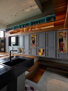 Apartamento pequeno projetado para exibir coleção de brinquedos - limaonagua