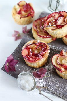 Nektariiniruusut - Lehtitaikinasta ja hedelmistä syntyvät ruusut ovat superhelppo tehdä ja niistä tulee helposti kauniita herkkuja kahvipöytään.