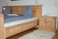 Rustikales Schlafzimmer in Zirbe mit aufwändigen Schnitzereien. Relax, Toddler Bed, Bench, Storage, Furniture, Home Decor, Rustic Country Bedrooms, Beds, Bed Ideas
