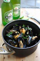 Bier gedämpfte Muscheln I love eating mussels – just don't like cleaning them! Mussels and beer – great combination! – by wokandspoon,May 2012 I love e. Tapas, Shellfish Recipes, Seafood Recipes, Clam Recipes, I Love Food, Good Food, Yummy Food, Beer Recipes, Cooking Recipes