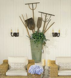 Antique garden tools in a large wall pocket - designer/home owner: Charles Faudree French Decor, French Country Decorating, Country French, French Farmhouse, Deck Design, House Design, Old Garden Tools, Garden Sheds, Veranda Magazine