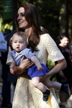 英国のウィリアム王子(Prince William、フレーム外)と共にオーストラリア・シドニー(Sydney)のタロンガ動物園(Taronga Zoo)を訪れ、ジョージ王子(Prince George)を抱いてビルビーという有袋類の動物(フレーム外)の柵に向かうキャサリン妃(Catherine, Duchess of Cambridge、2014年4月20日撮影)。(c)AFP/David Gray ▼20Apr2014AFP 英国のウィリアム王子一家、シドニーの動物園を訪問 http://www.afpbb.com/articles/-/3013095