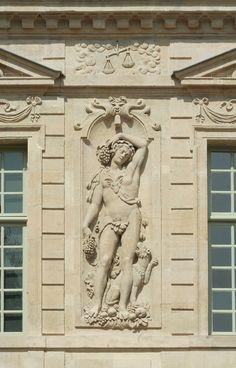 """Hôtel de Sully, Paris, bas-relief  """"La Jeunesse"""" de JEAN GOUJON."""