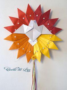 Produto exclusivo e diferenciado. Divino todo em origami, com cabochões de pérolas e fitas de cetim. Suas cores quentes representam a energia, riqueza  e sabedoria divina.  - Na foto o produto está em ..amarelo,laranjado, vermelho e vermelho escuro - Pode também ser feito em outras 4 cores que o cliente quiser, é só escolher na tabela acima e especificar. - Diâmetro de 45 cm, e comprimento total de 83 cm. - Papéis  especiais gramatura 180 gramas R$ 120,00 Origami And Kirigami, Origami Stars, Diy Origami, Origami Paper, Paper Quilling, Diy Paper, Paper Art, Paper Crafts, Origami Modular
