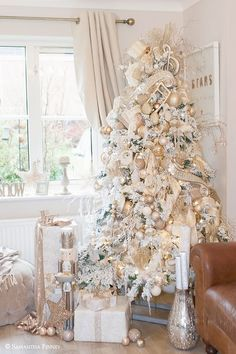 Best Christmas Tree Decorations, Big Christmas Tree, Flocked Christmas Trees, Colorful Christmas Tree, Beautiful Christmas, Christmas Holidays, Christmas Mantles, Burlap Christmas, Christmas Villages