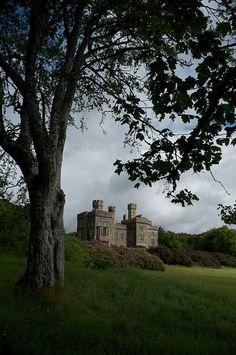 Castillo Lews con vistas a la ciudad de Stornoway, en la isla de Lewis, en las Hébridas Exteriores de Escocia.