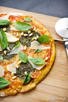Pizza, Sans Gluten -Base tomate, mozzarella râpée, pesto vert, basilic frais, pignons grillés et copeaux de parmesan