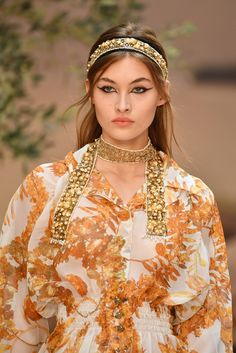 Grace Elizabeth walks the runway during Chanel Cruise 2018 Collection on May 2017 in Paris, France. Monica Bellucci Photo, Today In Pictures, Grace Elizabeth, Chanel Cruise, Elisabeth, Rose Gold Hair, Hair Barrettes, Pretty Woman, Hair Pins