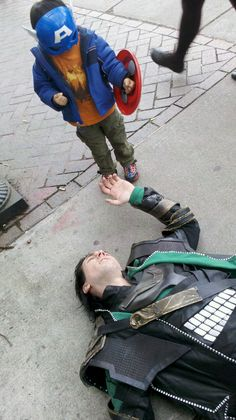 Oh my gosh, LOKI! Little Captain America defeated Loki - Kid in funny Captain America costume standing over defeated Loki from The Avengers. I am beginning to really like Tom Hiddleston! Marvel Dc, Marvel Funny, Marvel Memes, Loki Funny, Loki Meme, Funny Tom, Sorry Justin, Captain America Costume, Capt America