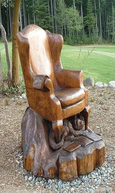 Chainsaw sculpture that Could be a real chair, or at least a chair for a doll. Tree Carving, Wood Carving Art, Wood Art, Wood Carvings, Chainsaw Wood Carving, Art Sculpture En Bois, Into The Woods, Log Furniture, Unusual Furniture