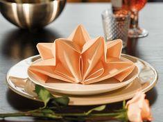 DIY-Anleitung: Servietten zum Stern falten, Weihnachtsdeko / christmas diy inspiration: craft paper stars for the christmas table via DaWanda.com