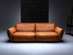 Ein Sofa wie ein Baseballhandschuh. Die außergewöhnlich komfortable Polsterung mit Federn im Sitz suggeriert Wohlbehagen und Gemütlichkeit auf höchstem Niveau. BE chilled verspricht einladende Gemütlichkeit in Leder. Als...