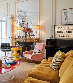 """""""Ich liebe es, wenn meine Einrichtung gemütlich ist. Dazu spiele ich mit verschiedenen Farben und Stoffen bei mir Zuhause"""", erzählt Modedesignerin Colombe Campana. Angst vor Farben und Mustern hat sie keineswegs. Denn sie setzt in ihrem Wohnzimmer an erster Stelle auf starke Töne und einen Mix aus extravaganten Aufdrucken sowie außergewöhnlichen Textilien. // Paris Wohnzimmer Sofa Sessel Kamin Ideen Einrichten Samt Lightbox #Homestory #WohnzimmerIdeen"""