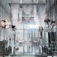 Сегодня зажигаем сердца не только любовью Юли и Андрея, но и искрами от сияния хрусталя и зеркал✨ Как всегда красивейшее оформление от команды @shackirovajulia #caramelwedding #caramelstudio