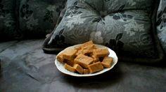 500 g de amendoim torrado sem pele  - 1 pacote de biscoito tipo maizena  - 1 lata de leite condensado  -