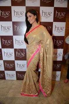 Elli Avram, Perizaad show off Spring Summer Collection Bollywood Saree, Indian Bollywood, Indian Sarees, Pakistani Outfits, Indian Outfits, Saree Collection, Summer Collection, Asian Fashion, Modern Fashion