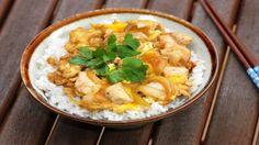 Хотим предложить Вам блюдо из японской кухни — оякодон. Довольно интересная вещь получается, поэтому если Вы питаете слабость к блюдам страны восходящего солнца, то Вам должно понравится.
