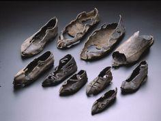 ''Los Antiguos Romanos fueron los primeros en hacer zapatos distintos para el pie derecho e izquierdo. ''