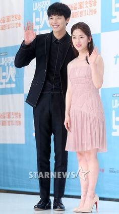 [★포토]연우진-박혜수, '잘 어울리나요?' My Shy Boss, Introverted Boss, Yeon Woo Jin, Korean Drama, Dramas, The Twenties, Idol, Asian, Cheese