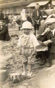 Vintage beach outing. Man in suit, tie, cap and shiny shoes. Vintage Children Photos, Vintage Pictures, Old Pictures, Vintage Images, Old Photos, Vintage Kids, Vintage Men, Photography Photos, Creative Photography