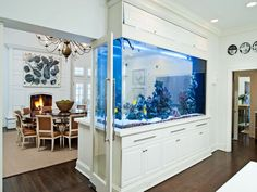aquarium maison de séparation encastré dans un meuble aquarium blanc à tiroirs