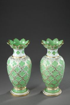 Napoleon III pair of vases in overlay opaline - A pair of baluster shape decorative vases in overlay opaline with wide wavy edges, richly decorated with green clovers on background hightened with gilded flowery garlands. The collar, edges