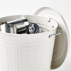 Se têm uma família grande e produzem uma quantidade maior de lixo, optem por caixotes maiores e de design apurado. Existente em 4 cores diferentes, podem usá-los para as 4 áreas de separação de resíduos: plástico, papel, vidro e biológico.