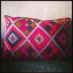 This colorful cushion in argyle pattern comes from the delightful blue city Chefchaouen in the Moroccan Rif-mountains. The pink and orange are really shocking, that's quit extra-ordinary for Moroccan cushions.