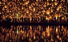 Evento espiritual em homenagem à Buddha. Milhares de lanternas com velas são acessas e liberadas em direção ao céu.